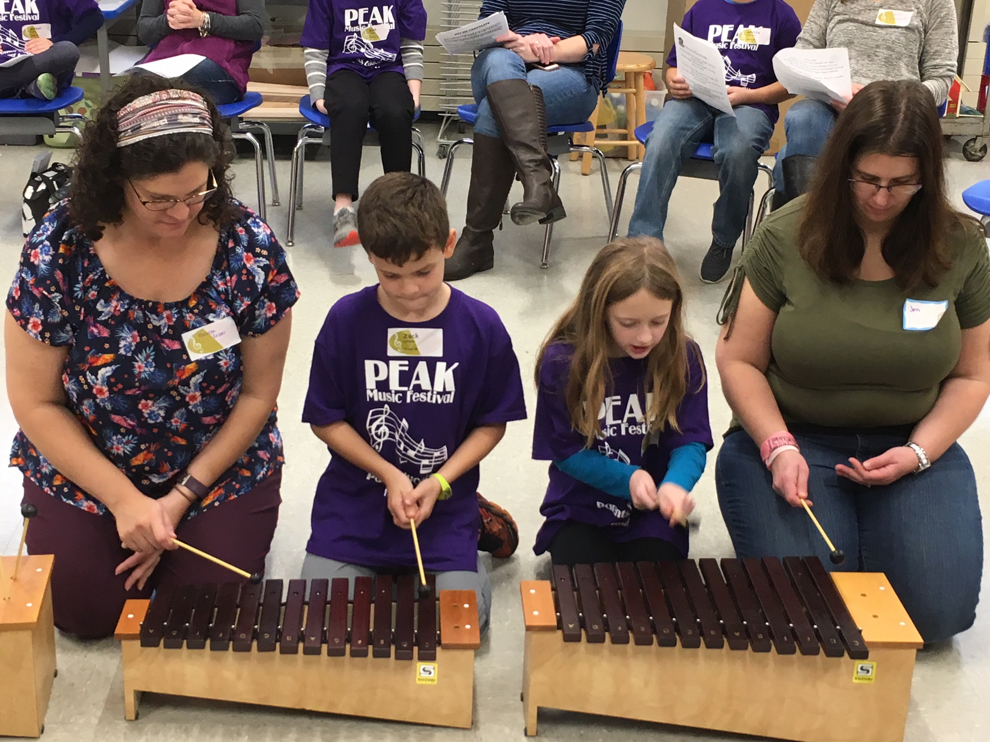2 students and 2 parents learn to play to xlephone